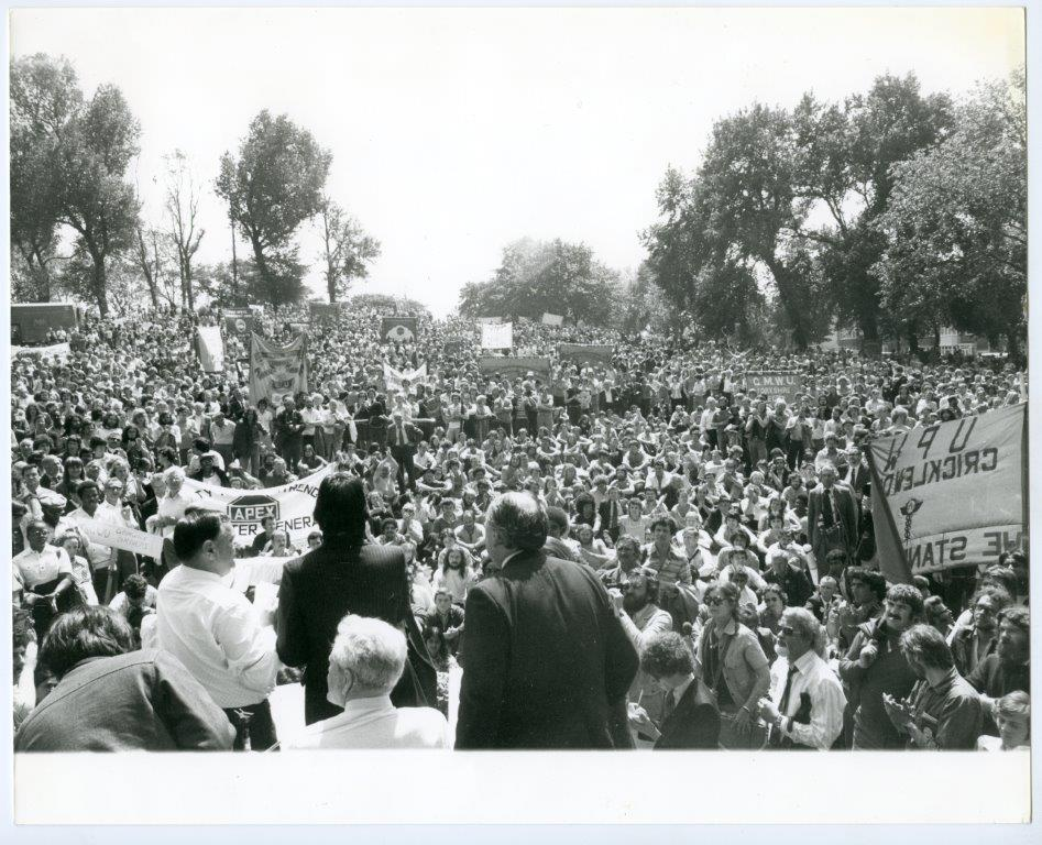 A general view during a mass meeting of the Grunwick demonstrators in the local park at Willesden, 11 July 1977 © AM Keystone