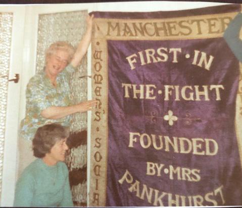 Descendants of Elizabeth Ellen Chatterton with the Manchester suffragette banner in 1989, courtesy of Suzanne Bath